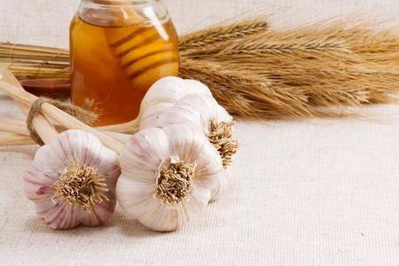 Чеснок и мед издавна применяются в народной медицине