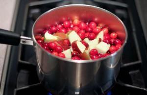 К бруснике можно добавить яблоки