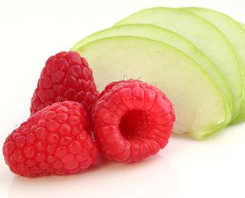 Ягоды малины и яблоко