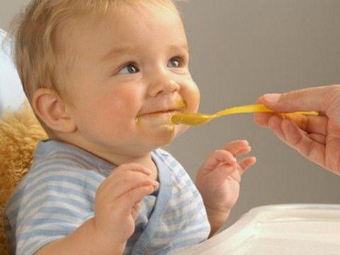 Малыш ест мед