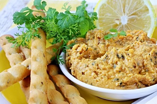 Хумус делается из измельченного нута