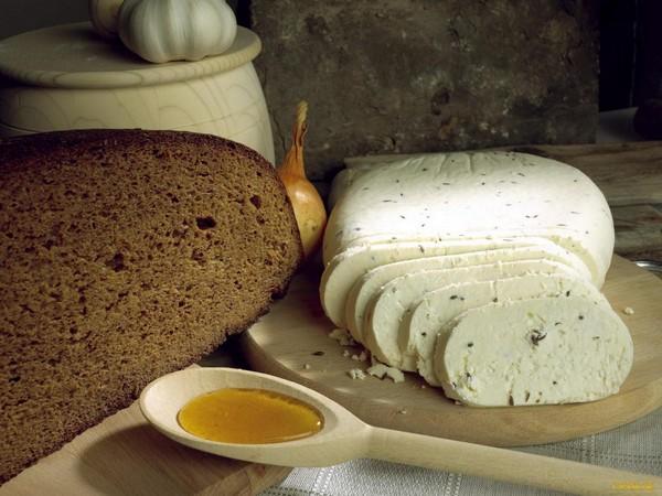 Сыр с пряностямии хлеб