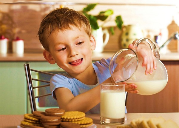 Дети любят молоко с печеньем