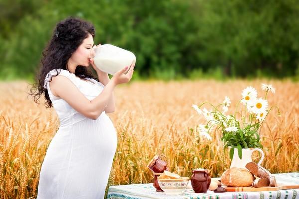 Будущая мама пьет молоко