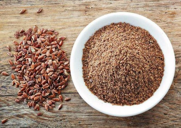 Целые и измельченные семена льна
