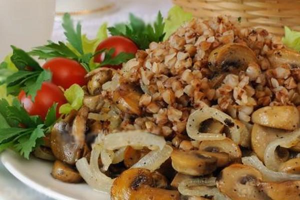 Жареные грибы, греча и овощи