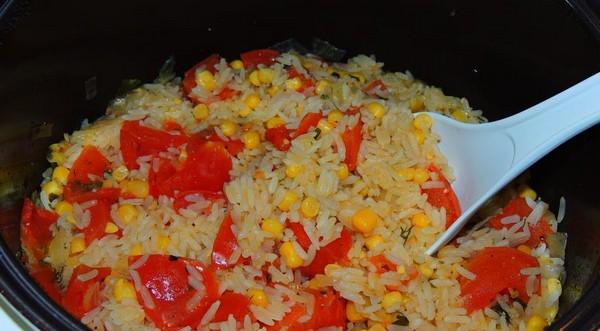 Рис с томатами и кукурузой