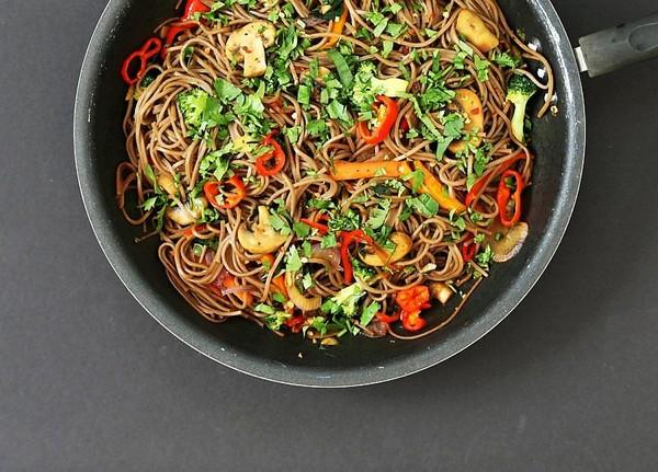 Овощи, грибы и гречневая лапша