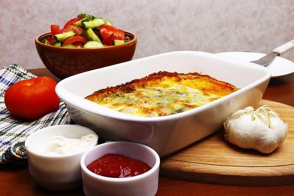 Блюдо из гречки и соусы