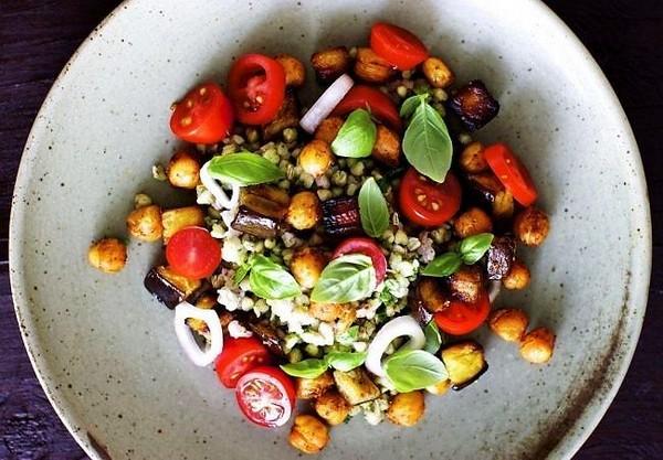 Яркий и вкусный теплый салат