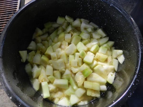 Овощ нарезается кубиками