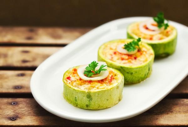 Колечки из кабачков, фаршированные овощами