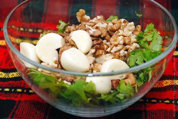 Чеснок, зелень и грецкий орех