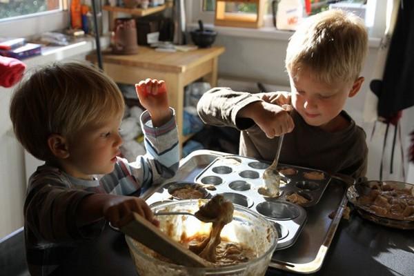 Дети готовят кексы