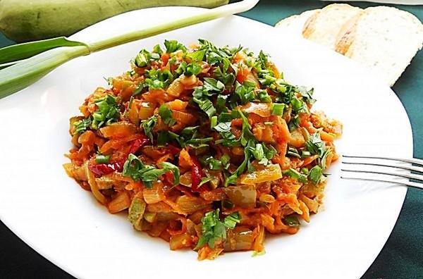 Тушеные овощи подавайте с зеленью