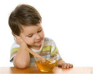 ребенок ест мед