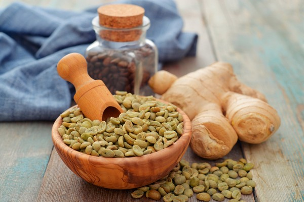 Зерна кофе и корень имбиря